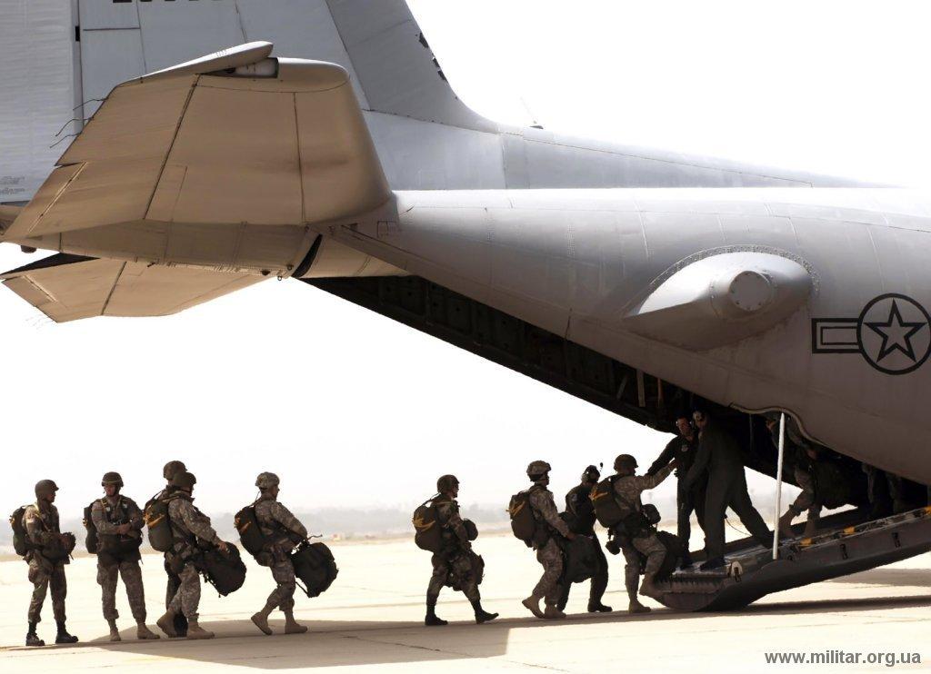 Soldados del Army Reserve del 426th Civil Affairs Battalion en Upland, montando un C-130 Hercules el 2 de junio de 2007 preparándose para saltar durante los ejercicios Operation Hydra.