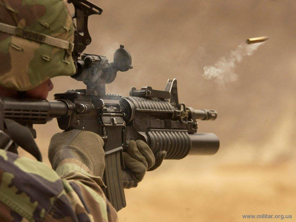 Soldado norteamericano del 72nd Armor Regiment estacionado en Corea del Sur, dispara su fusil -4 rifle durante ejercicios.