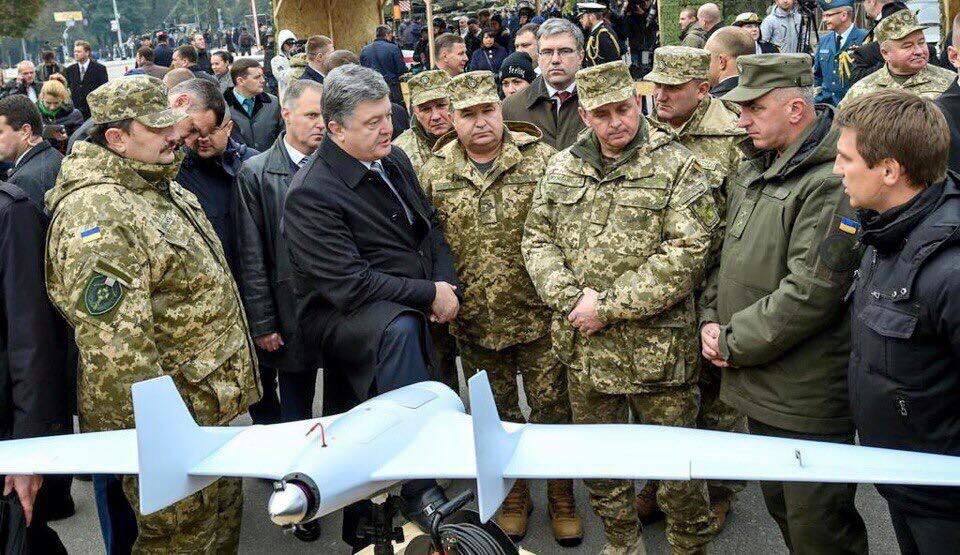 El Presidente de Ucrania Petro Poroshenko, oyendo las explicaciones sobre el Furia, del Ministro de Defensa Stepan Poltorak, y el Jefe del Estado Mayor Viktor Muzhenko. Foto de la Atlon-Avia en Facebook, Kyiv, 15 de octubre de 2015
