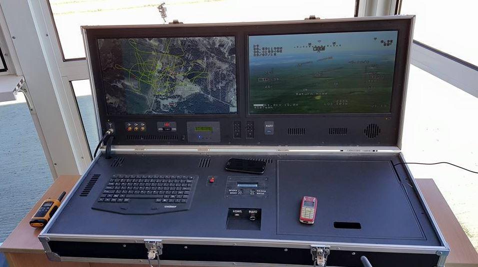 Puesto de mando del UAV Furia, con dos monitores.