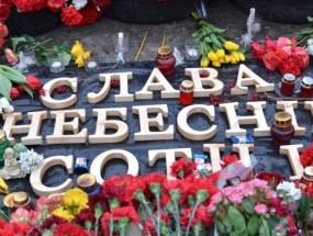 Ucrania, flores para los Heroes de la Centura Celestial, caídos en de Euromaidan