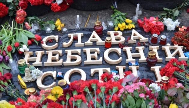 """""""Gloria a la Centuria Celestial"""" dice el memorial a los manifestantes asesinados por la policía durante las protestas de Euromaidan"""